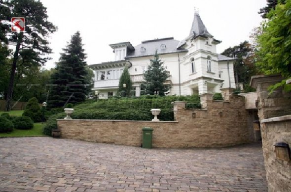 Angelina Jolie's New House In Hungary Home7
