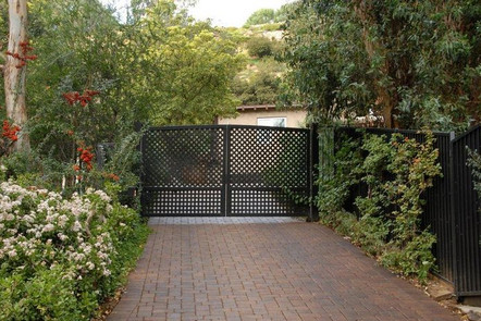 Ashton Kutcher house in Hollywood Hills Los Angeles-gate