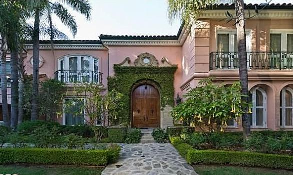 Christina Aguilera Beverly Hills Home in 513 Doheny Rd, Beverly Hills, CA 90210 front garden