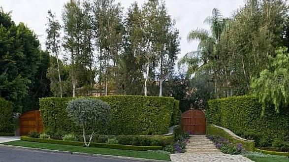 Christina Aguilera Beverly Hills Home in 513 Doheny Rd, Beverly Hills, CA 90210-front