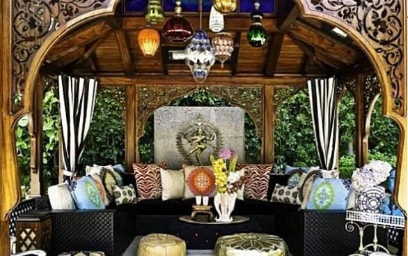 Christina Aguilera Beverly Hills Home in 513 Doheny Rd, Beverly Hills, CA 90210 pergola