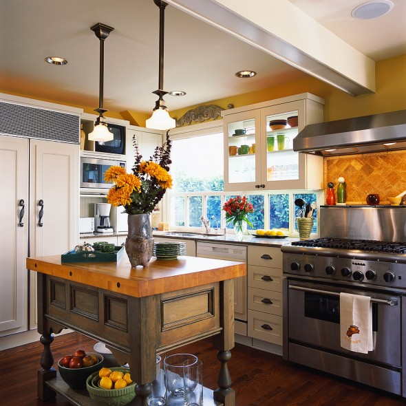This kitchen mixes typical country style with modern-looking appliances