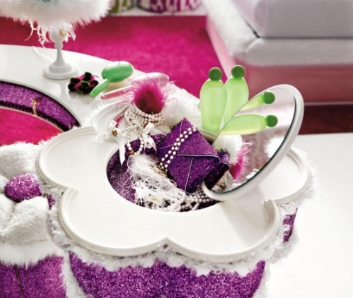 Decorate Bedroom with Pink-christmas accessories
